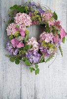 Kranz aus Blüten von Hortensien, Frauenmantel und Ranken von Walderdbeere