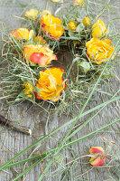 Kranz aus Rosenblüten und Gräsern