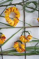 Wandbehang mit Rosen und Chinaschilf gestalten: Kränze aus Blütenblättern und Chinaschilf