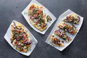 Flammkuchen mit Pilzen, Speck und Zwiebeln