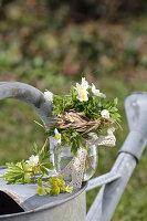 Kleiner Strauß aus Buschwindröschen mit Grasmanschette und Spitzenband, Primel-Blüten