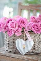 Geschenkkorb mit Rosen, Herz und Anhänger 'Good Luck'