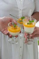 Pannacotta mit Pfirsichpüree als Dessert