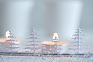 Bordüre mit stilisierten Weihnachtsbäumchen