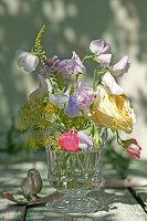 Strauß aus Rosenblüte, Duftwicken, Gelenkblume und Dill