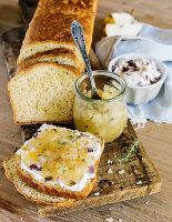 Kartoffelbrot mit Ziegenfrischkäse und Birnengelee