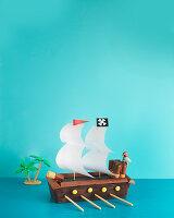 Piratenschiff (Schichtkuchen mit Schokoriegeln und Waffelröllchen)