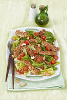 Crispy-Schnitzelstreifen auf Salat
