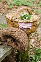 Picknickkorb mit Sträußchen aus Buschwindröschen