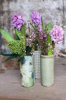 Sträuße aus Hyazinthen, Skimmie, Waxflower und Ginster