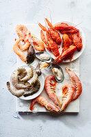 Seafood-Stillleben: Flusskrebse, Shrimps und Grünlippmuscheln