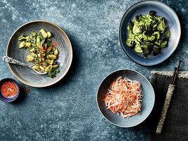 Japanische Salat aus Gurken, Algen, Rettich und Möhren