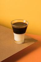 Schichtkaffee Bombon mit Espresso und gesüßter Kondensmilch