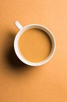 Eine Tasse Kaffee mit Milch