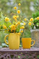 Strauß aus Blütenzweigen von gefüllter Kerrie