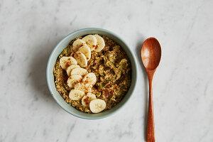 Zucchini-Porridge mit Bananen und Ahornsirup