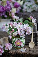 Kleiner Strauß aus Apfelblüten-Zweigen