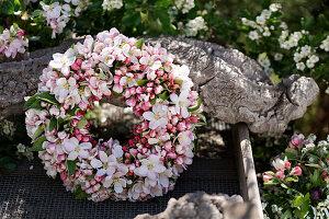 Kranz aus Apfelblüten-Zweigen