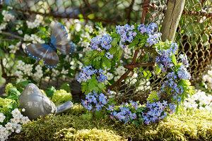 Frühlingskranz aus Vergißmeinnichtblüten und Storchschnabel-Blättern