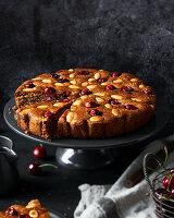 Mandel-Kirsch-Kuchen mit Brandy-Honig-Sirup