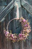 Türkranz mit Nelken, Ranunkelblüten, Strandflieder, Kornelkirsche und Kätzchenweide