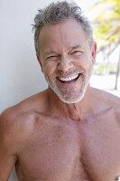 Gutgelaunter grauhaariger Mann mit Bart