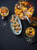 Wachteleier mit Forellenkaviar und Kresse dazu Zitruspunsch (Weihnachten)