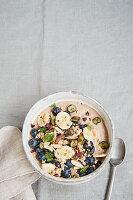 Veganes Buchweizen-Hanf-Porridge mit Blaubeeren und Bananen