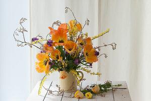 Frühlingsstrauß mit Tulpen 'Daydream', Ginster, Goldlack und Felsenbirne