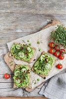 Vegane Gemüsecracker mit Erbsencreme
