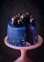 Blaue Bubble-Cake mit Gelatine-Kugeln
