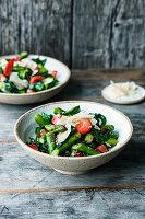 Grüner Spargelsalat mit Spinat, Erdbeeren und Parmesan