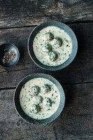 Sahnige Wildkräutersuppe mit Spinatklößchen