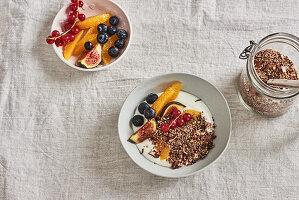 Mandel-Buchweizen-Crunch mit Rosmarin mit frischen Früchten