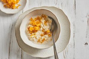 Mandel-Hirse-Frühstücksbrei mit Orange und Honig