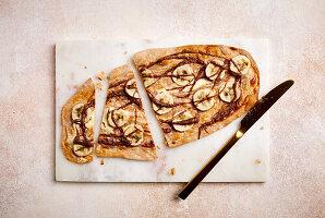 Süßer Flammkuchen vom Grill mit Bananenscheiben (zuckerfrei)