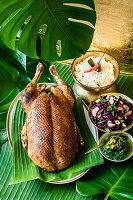 Ente im Bananenblatt gegart mit Rösti-Reis und Spitzkohlsalat