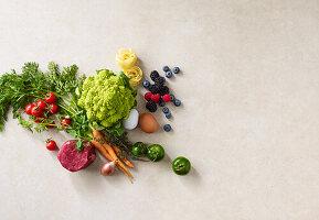 Rinderfilet, Bandnudeln, Eier, Gemüse und Beeren