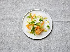 Rettich-Carpaccio mit Räucherlachs und Parmesan