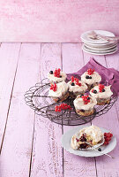 Cassis-Baiser-Cupcakes