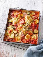Ofengegarte Ravioli mit Zucchini und Tomaten