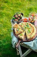 Kräuter-Quiche, Polpette am Spieß und Antipasti-Nudelsalat