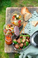 Polpette mit Tomatendip und Antipasti-Nudelsalat