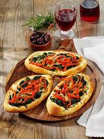 Coca Mallorquina - Pizzafladen mit Spinat und Paprika