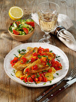 Rotbarbenfilet auf mallorquinische Art mit Paprika und Kartoffeln
