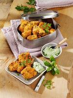 Hähnchen mit Parmesankruste und Frischkäse-Kräuter-Dip