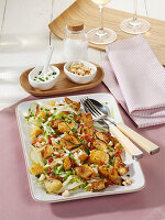 Hähnchen-Brot-Salat mit Birne und Bacon