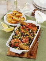 Hähnchenkeulen im Schinkenmantel aus dem Ofen mit Oliven
