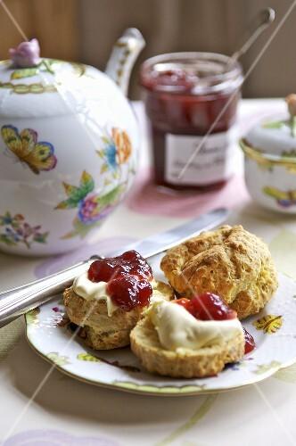 Cornish cream tea (Scones with jam, clotted cream and tea)