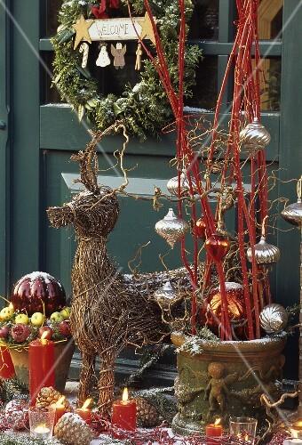 weihnachtsdeko mit weiden rentier und bilder kaufen 879270 stockfood. Black Bedroom Furniture Sets. Home Design Ideas